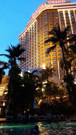 Centara Grand at Central Plaza Ladprao Bangkok : View of Hotel from Swimming Pool