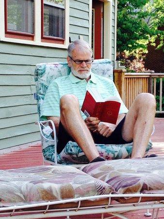 Jonesborough Bed and Breakfast: Guest relaxing on private deck