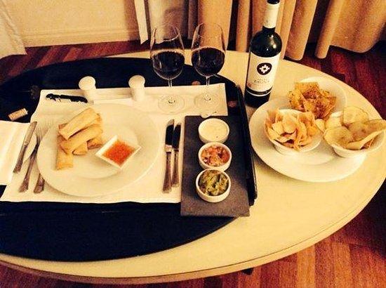 Grand Hyatt Santiago: Thai and mexican food, but always local wine!