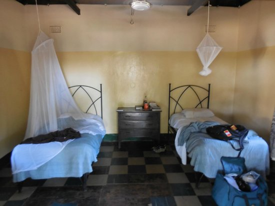 Victoria Falls Rest Camp & Lodges: Simple, but clean and comfy