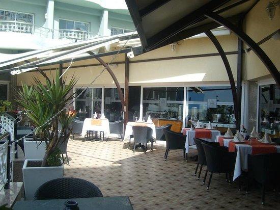 Club Val d'Anfa Hotel: Hotel Val d'Anfa, terraza restaurante sobre la piscina