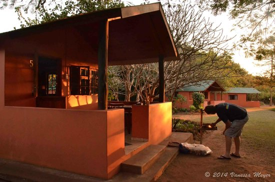 Bushbaby Lodge & Camping: Our chalet & braai area