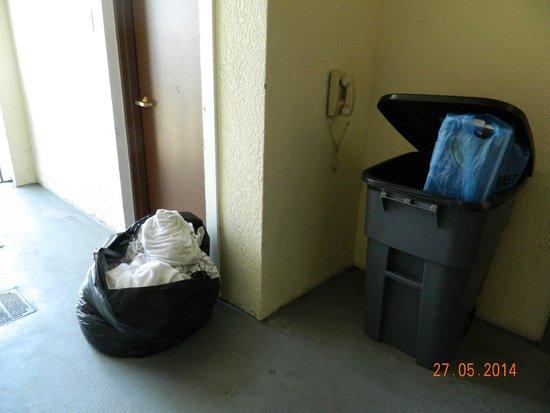 WorldQuest Orlando Resort: Lixo ao lado do elevador
