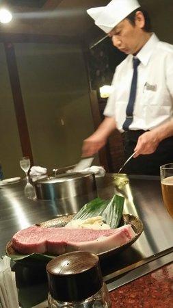 Steak Misono Osaka: Mesero en teppanyaki