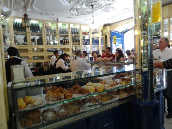 Pastel de Belem: Casa Pasteis de Belem counter service line