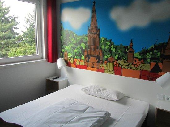 B&B Hotel Freiburg-Süd: Buen hotel, algo alejado del centro