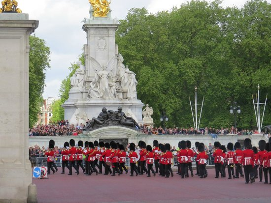 Buckingham Palace: the guards marching towards the palace