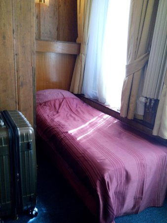 Hotel Nadia: room with single bed