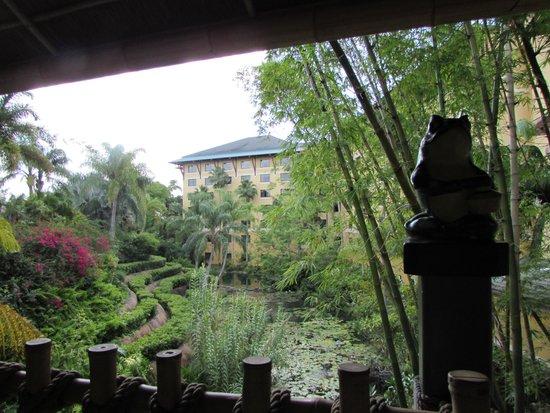 Loews Royal Pacific Resort at Universal Orlando: Lagoon at the front of the reosrt