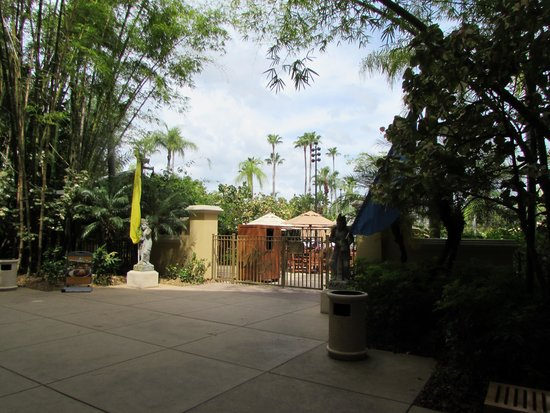 Loews Royal Pacific Resort at Universal Orlando: pool entrance