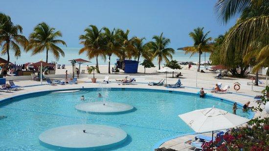 Jolly Beach Resort & Spa : центральный бассейн отеля
