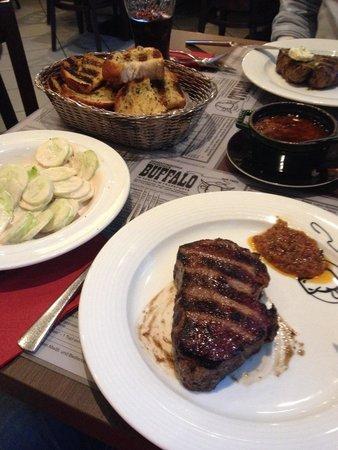 Buffalo Steakhaus: Rumpsteak , Gurkensalat und röstfrisches Knoblauchbrot