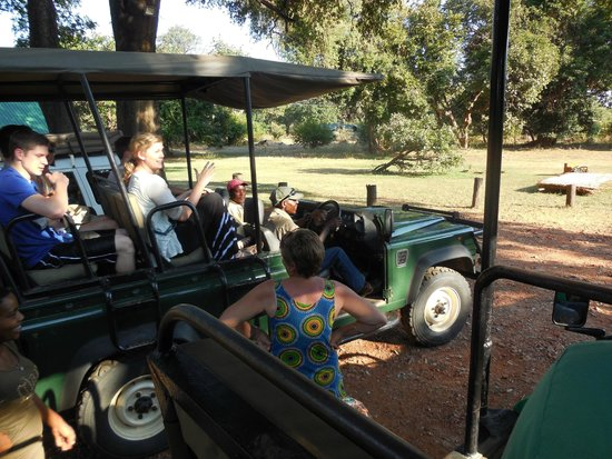 Marula Lodge : Jenny helping us get all comfortable for the game drive