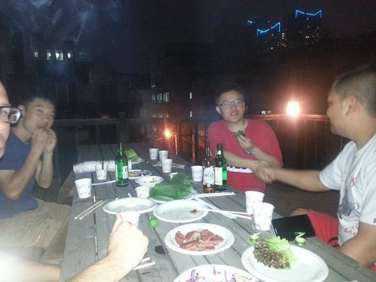 Hi Guesthouse: Rooftop BBQ