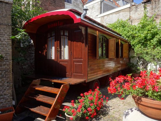 Hotel de Emauspoort: Caravan in garden