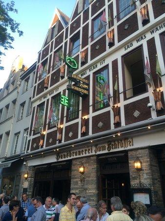 Hausbrauerei Zum Schlussel: Drinks in front of the key