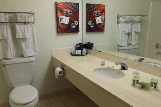 The D Casino Hotel Las Vegas: the bathroom