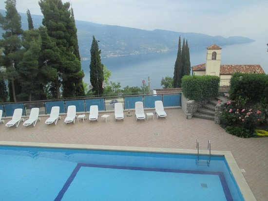 Hotel Bellavista : Zicht vanuit de eetzaal op zwembad en Gardameer