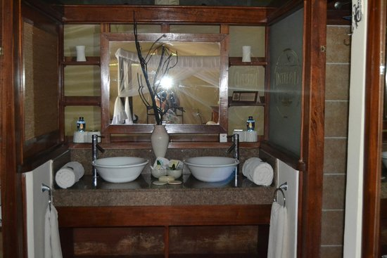 Mara Intrepids Club: Bathroom