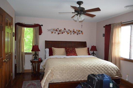 Dove Nest Bed and Breakfast: Garden Victoria Room