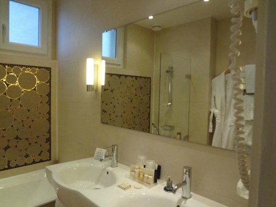 Hôtel Aiglon - Esprit de France : big bathroom