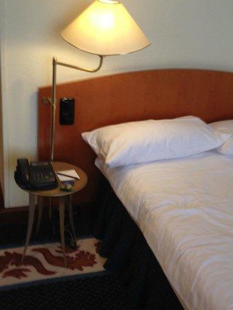 Savigny Hotel Frankfurt City: Bett aus einer vergangener Zeit