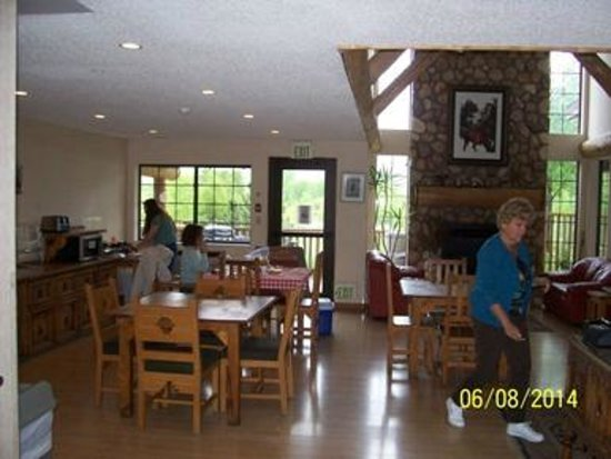 Steamboat Mountain Lodge: Breakfast and longe areas