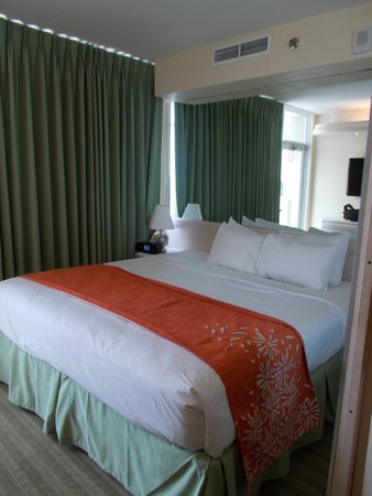 Newport Beachside Hotel and Resort : beautiful made bed , very clean