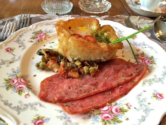 Albion Manor Bed and Breakfast: Poached egg in potato shell with ham