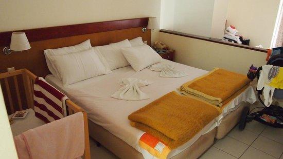 Avra Beach Resort Hotel - Bungalows : Bed/Livingroom