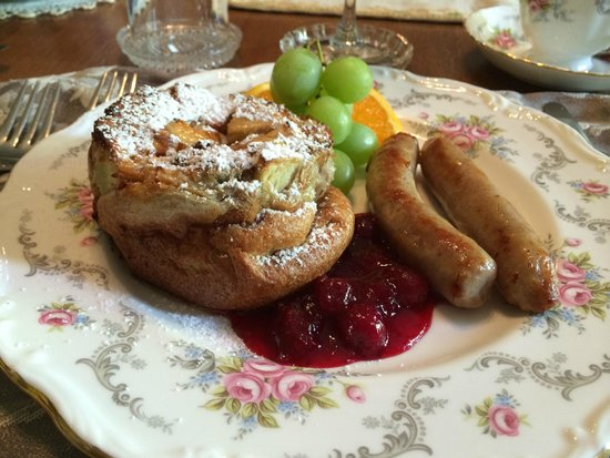 Albion Manor Bed and Breakfast: Cranberry puffed pancake with sausage