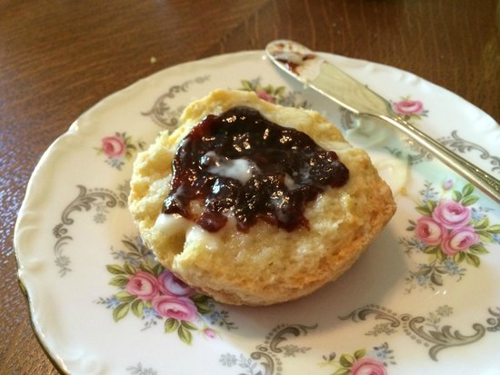 Albion Manor Bed and Breakfast: Almond scone with homemade plum jam