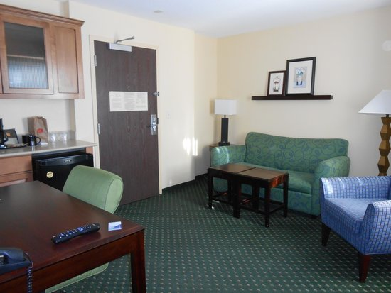 SpringHill Suites Victorville Hesperia: the living room with the kitchenette