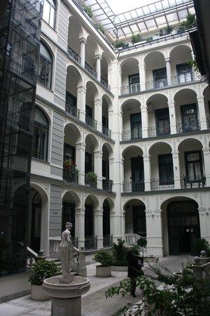 Dunaflat Apartments: il cortile interno del palazzo sulla quale affaccia l'appartamento