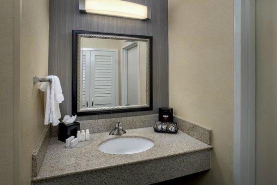 Courtyard Boston Andover: Renovated Bathroom