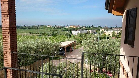 """B&B All'Oliveto: Blick aus dem Zimmer auf den """"Lago di Garda"""" und Bardolino"""