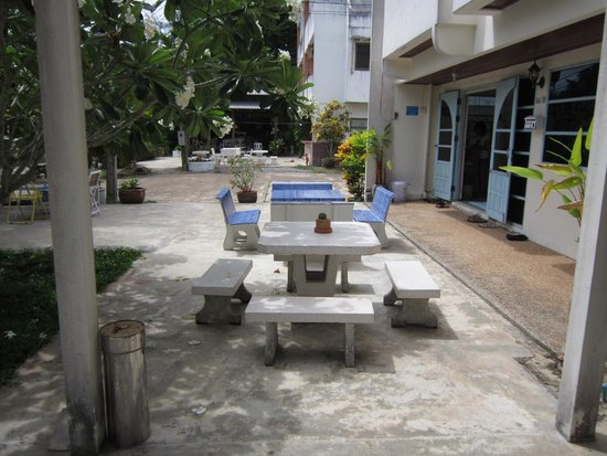 Albatross Guesthouse @ Thungwualaen Beach: Outside entry door