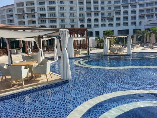 Pool area picture of waldorf astoria dubai palm jumeirah for Astoria hotel dubai