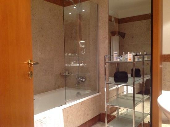 Grand Hyatt Cannes Hotel Martinez: good bathroom.