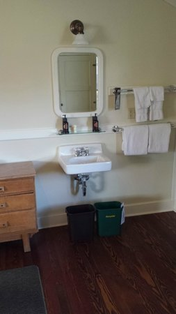 Mammoth Hot Springs Hotel & Cabins: Sink in cabin bedroom