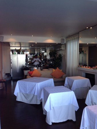 Primi Seacastle Guest House: Bar n Breakfast area. Man in pic is my hubby.