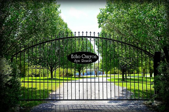 Echo Canyon Spa Resort: The Welcoming Gate