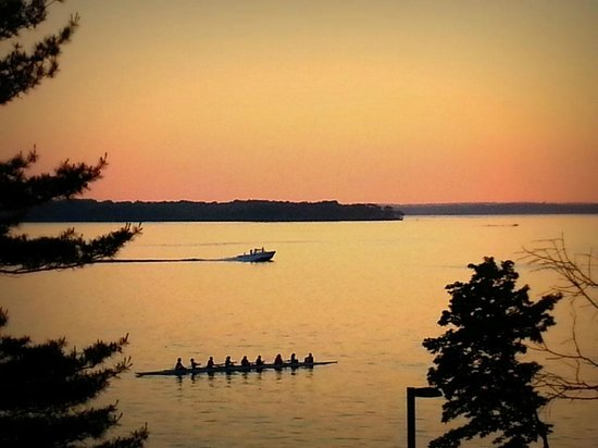 Mendota Lake House B&B: Sunsets from our hilltop vantage are breathtaking!