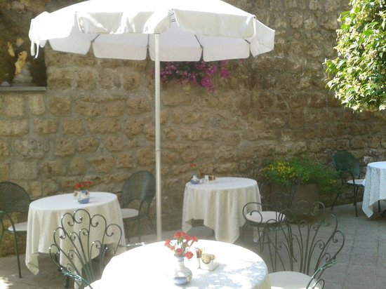 Antiche Mura Hotel: Breakfast outdoors
