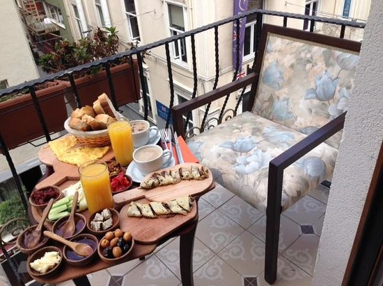 Taksim House Hotel: breakfast on balcony