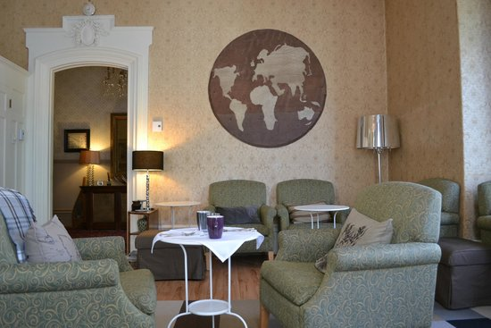 Chateau Fleur de Lys - L'HOTEL : Front sitting room for all guests