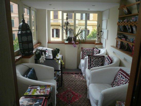 Palm Gallery Hotel: Petit salon
