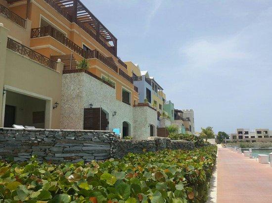 AlSol Luxury Village: Camino a la playa