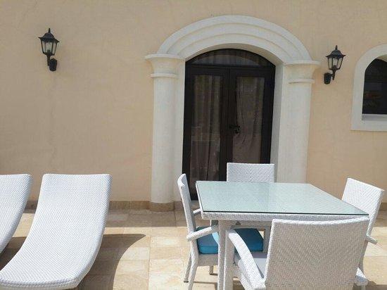AlSol Luxury Village: Pequeño sala exterior de la habitación