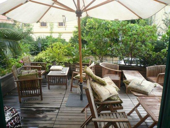Palm Gallery Hotel: Terrasse